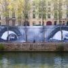Affichage de JR sur l'Île Saint-Louis à Paris dans le cadre de son projet