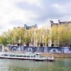 Affichage de JR sur l\'Île Saint-Louis à Paris dans le cadre de son projet