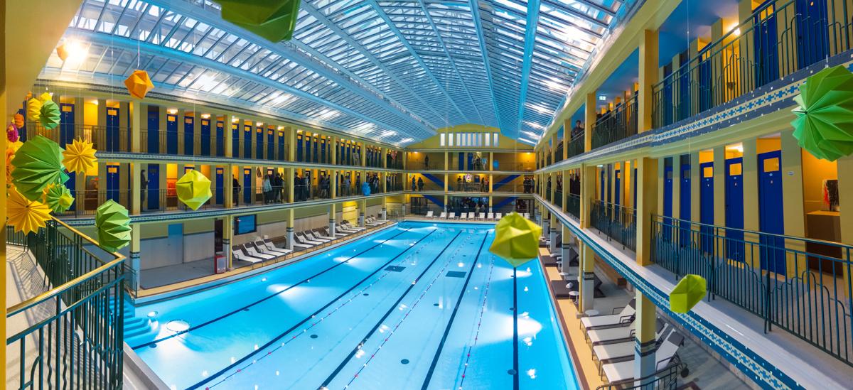 Under the wave piscine molitor un oeil qui tra ne for Paris hotel piscine